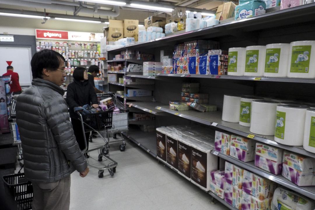 從衞生紙被宣布要開始漲價後,導致民眾搶購提前囤貨,一度甚至傳出部分賣場衞生紙被搬空的消息。