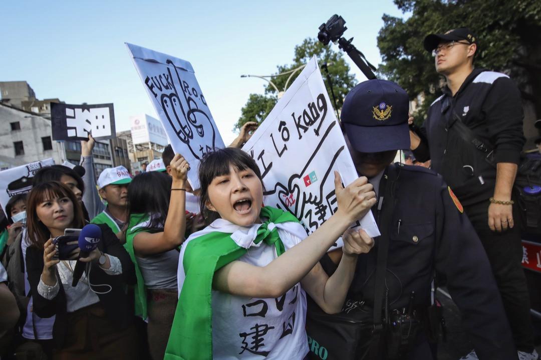 2017年12月23日反勞基法遊行,有示威人士被警方制止,並帶離示威現場。