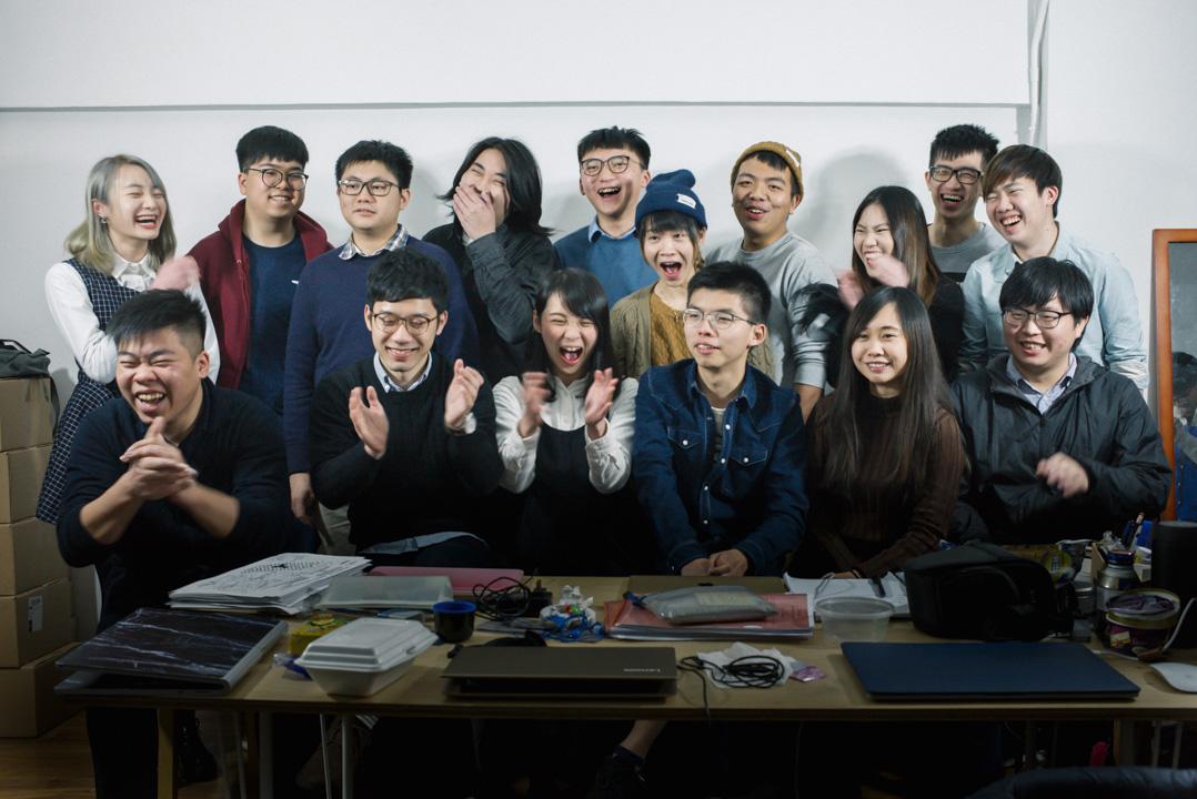 2018年2月4日,眾志的全體常委和一些義工聚在灣仔富德樓的辦事處,開始討論研究香港眾志的前途問題。攝影師讓大家走到一起,拍一張大合照。 攝:林振東/端傳媒