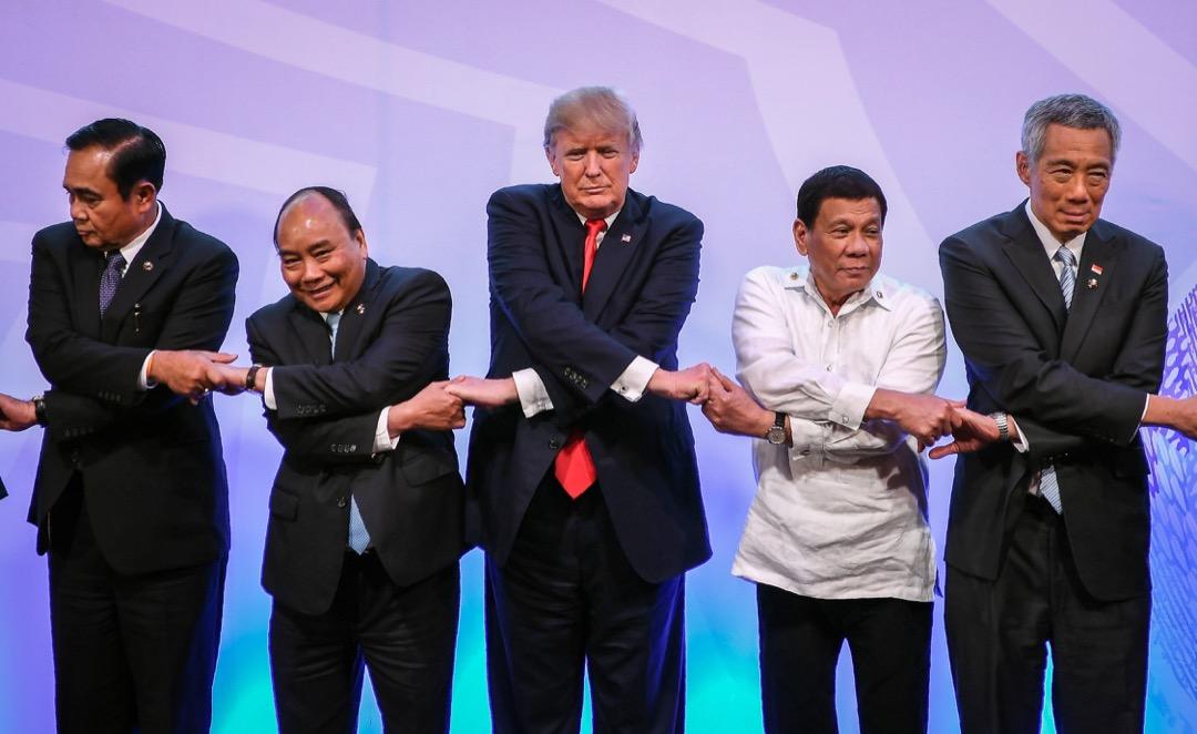 美國總統特朗普上任這一年最有趣的,是大東亞區域的外交策略,因爲它是最「不特朗普」的。除了廢除《跨太平洋戰略經濟夥伴關係協議》外,特朗普對日本、南韓等盟友沒有像對歐洲盟友一樣,大談軍費問題,而是反復強調同盟的重要性。圖為美國與東盟建交40週年峰會,各國元首到台上握手合照。 攝:Manan Vatsyayana/AFP/Getty Images