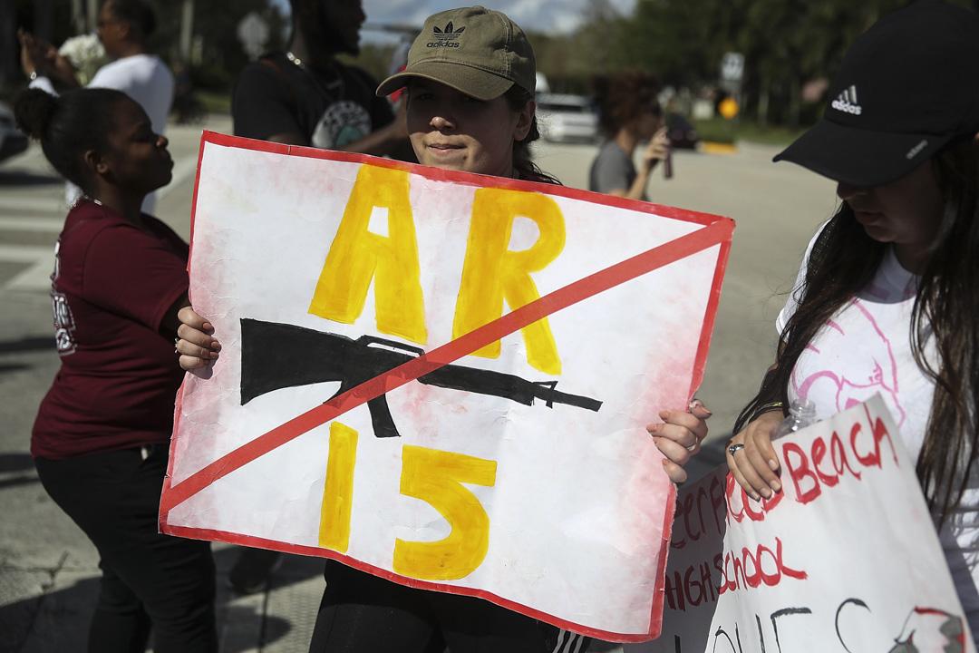 2018年2月23日,美國佛羅里達州南部城市帕克蘭(Parkland)高中校園槍擊案一週後,當地一間高中的學生步行11英里到達肇事的高中,有學生手找禁槍示威牌,紀念死者 。