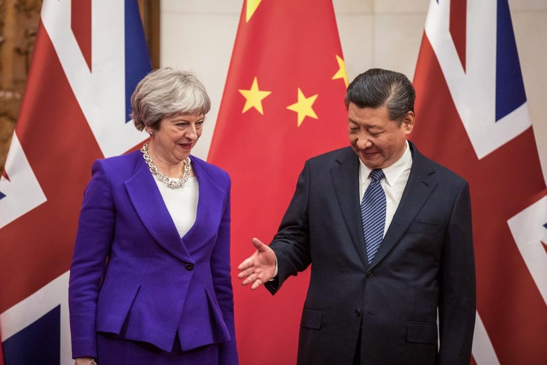 """中方想拉上英方,共同為""""一帶一路""""倡議背書的傾向十分明顯。不過英方顯然在這件事上拒絕跟隨北京的舞步。這讓中方從去年聖誕節就開始的對文翠珊的遊說工作宣告失敗,英國政府對於以書面形式為""""一帶一路""""背書並無興趣。"""