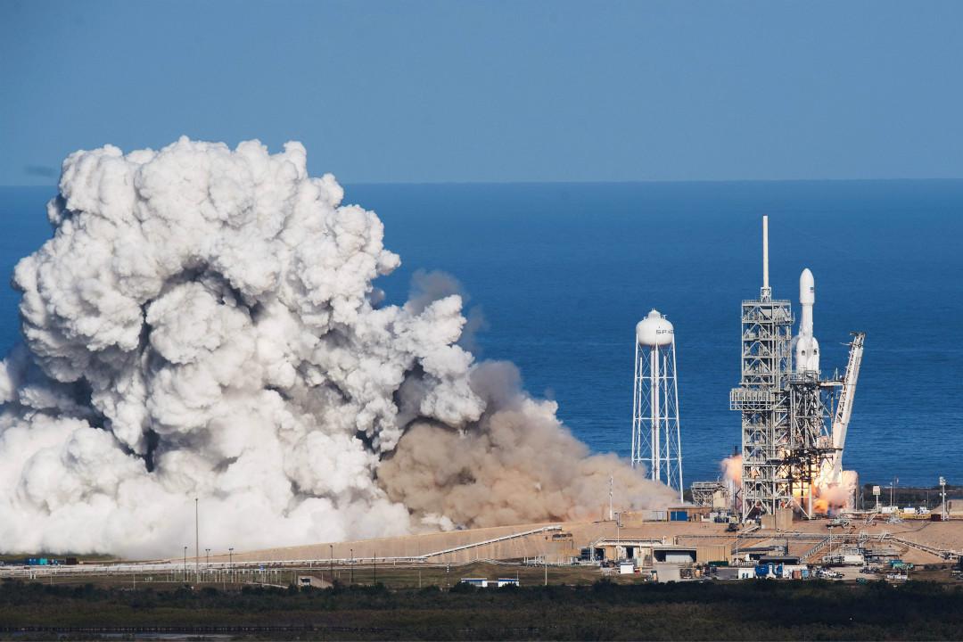 2018年2月6日,美國太空探索公司 SpaceX 在佛羅里達州的甘迺迪航天中心發射了獵鷹重型(Falcon Heavy)運載火箭,將一輛紅色特斯拉(Tesla)電動跑車送入太空。 攝:Jim Watson/Getty Images