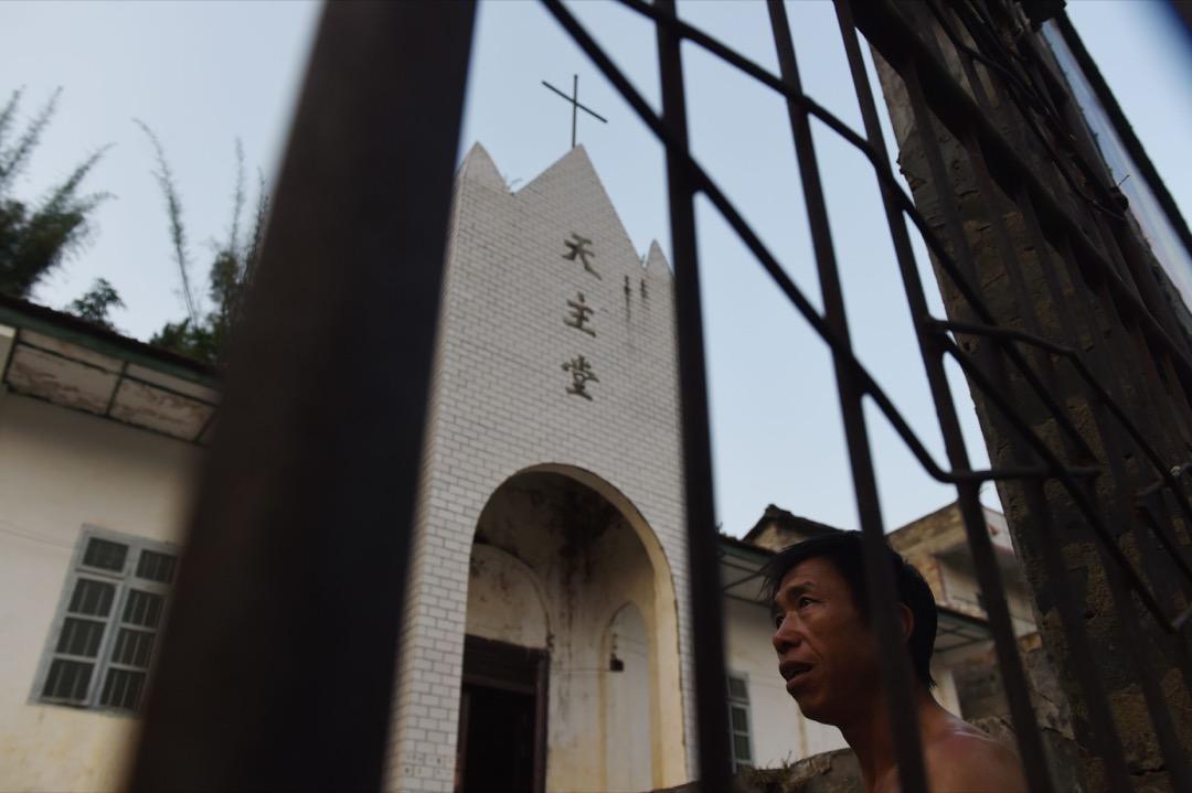 在香港教區榮休主教陳日君樞機發表博文批評教廷政策「負賣教會」,表示甘心做現時中梵協議的「最大的阻礙」後,教廷國務卿帕羅林樞機在專訪中表明希望假以時日,不用再分別「合法」或「非法」、「地下」或「官方」主教,而是大家以「兄弟姐妹」相稱,講求合作與共融。