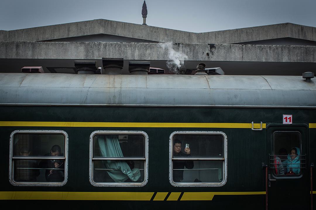 一架火車中途停靠在月台。