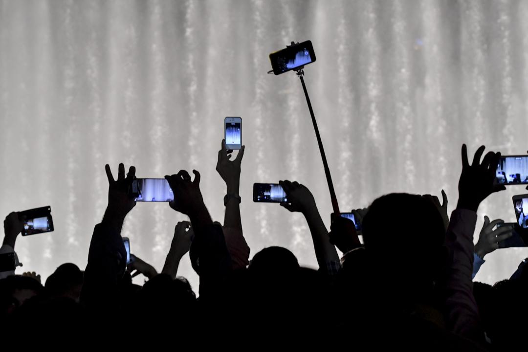 隨著科技的與時俱進,現今拍攝影片也越來越便利,近年新興媒體的成長,更是扭轉了整個時代的習慣,在視頻普及化的線上,同質間的差異性該如何突顯? 攝:Giuseppe Cacace/AFP/Getty Images