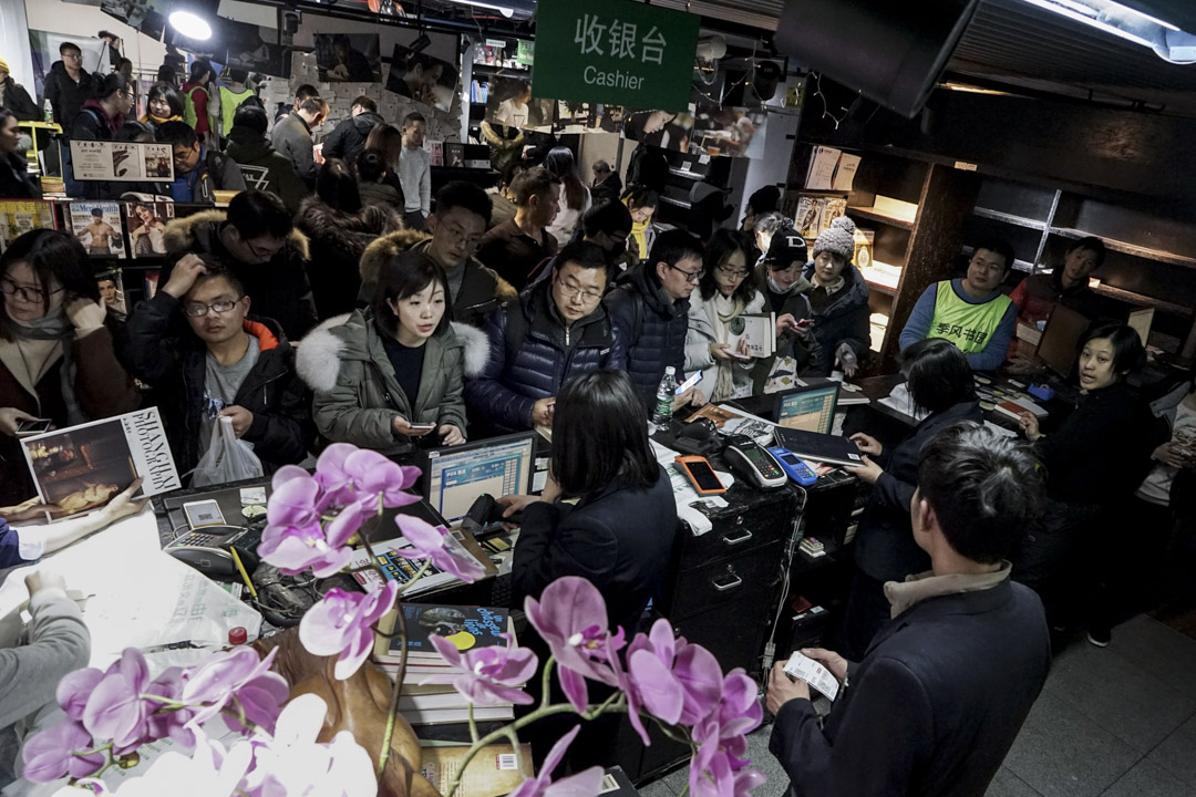 在歷經了兩百多天的漫長告別後,這家曾在上海屹立20年的季風書園,走到最後一天,晚上購書讀者越來越多,隊伍已經又從收銀台排到了咖啡區。 攝影:牟芝穎