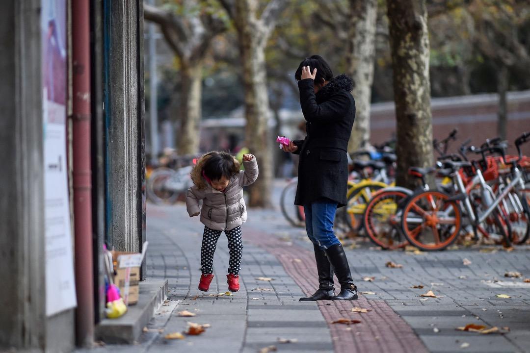小孩地雷多,隨便一件小事都能生氣確實讓人厭煩,但我也羨慕小孩能爽快承認自己在生氣,還有好好「生完氣」的機會。因為不知何時,我已經成為明明在生氣還要說「沒事」的成人。 攝:Chandan Khanna/AFP/Getty Images