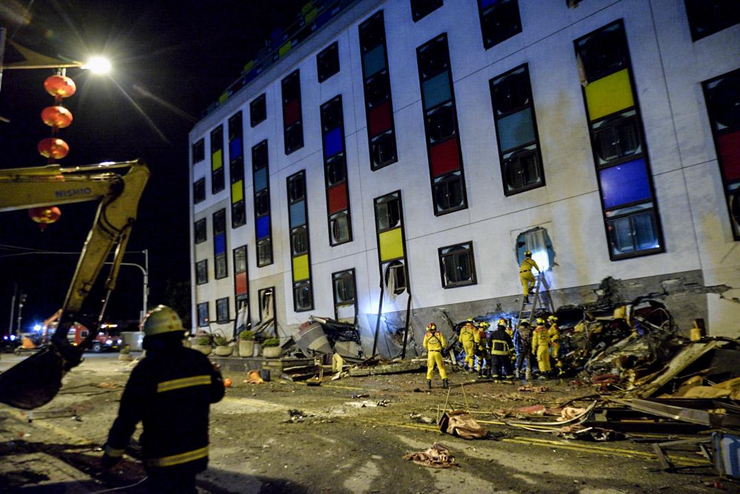 2018年2月6日,台灣花蓮夜間發生黎克特制(台稱芮氏規模)6.4級地震,已造成2人死亡、202人受傷,另有2人失蹤。圖為災情嚴重的統帥大飯店。 攝:林靜怡/端傳媒