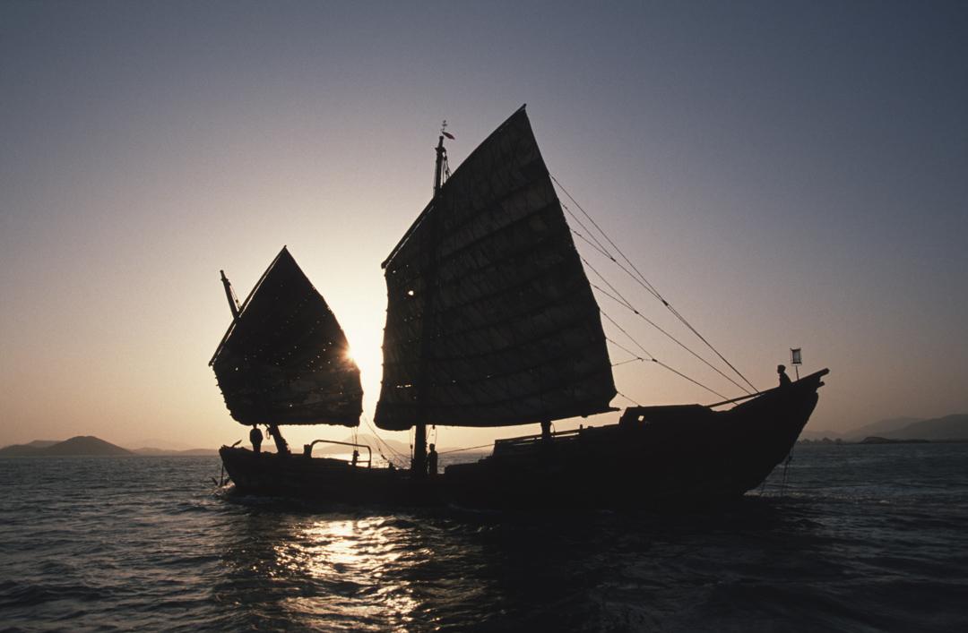 出身於東南沿海的華人海商們,此後逐漸壟斷了整個環中國海地區的貿易。兩廣、福建一代的人逐漸建立起一個覆蓋整個南洋的社會空間。南洋對他們來說同樣也是家鄉的一部分,並不是遠離故土的外國,下南洋也不是離開故國,圖為福建的一艘船在海中航行。 攝:Gerhard Joren/LightRocket via Getty Images