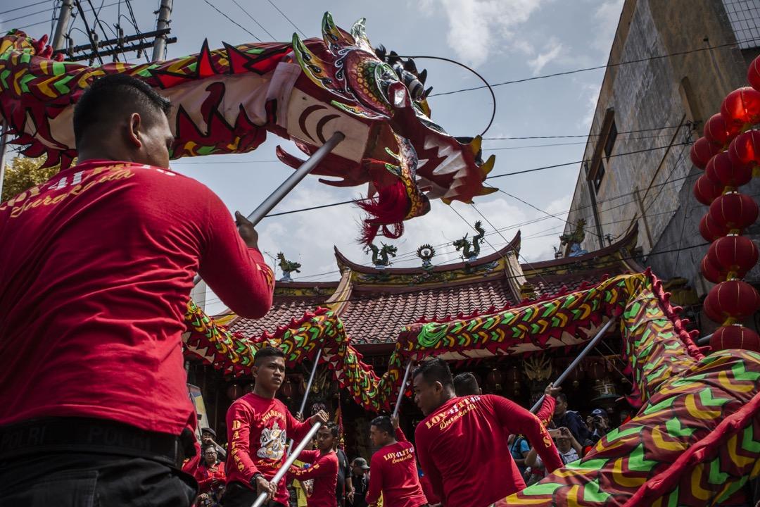 2018年2月11日,印尼梭羅市,表演者在 Tien Kok Sie 寺前上演舞龍表演,迎接農曆新年來臨。