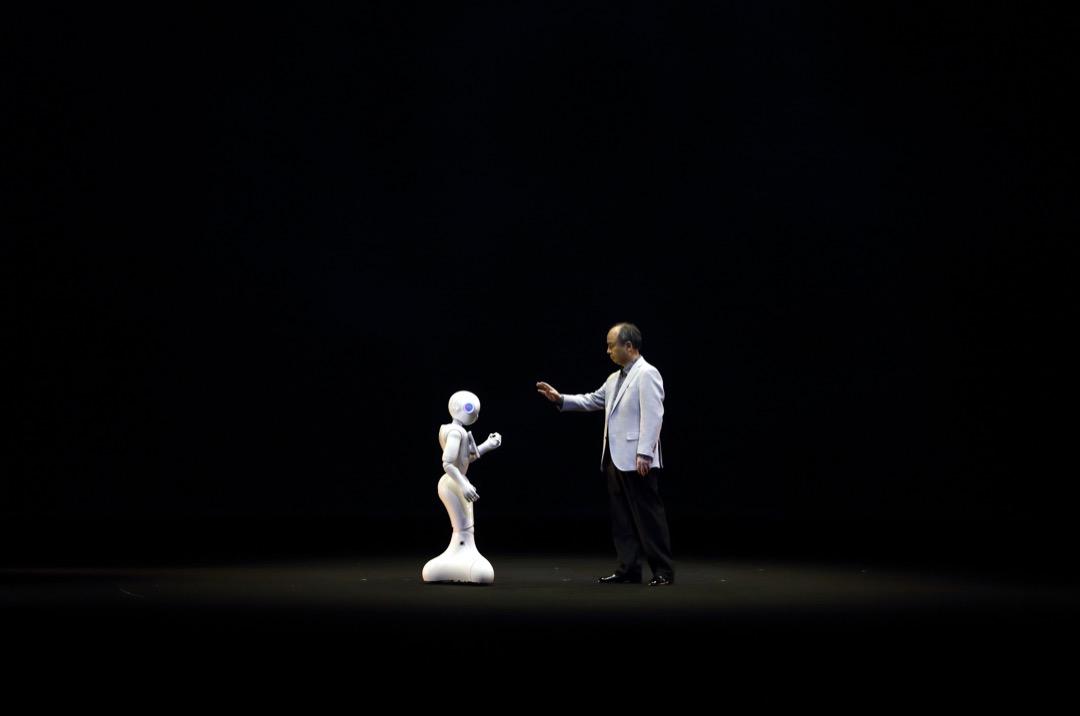 谷歌的庫茲韋爾(Ray Kurzweil)在《奇點將至》一書中預測技術將呈現指數級增長。機器智能將首先企及人類智能的水平,一旦達到轉折性的「奇點」,就會以遞歸式的、自我改進的螺旋方式迅速提升,成為「超級智能」,將無限超越所有人類智能的總合。