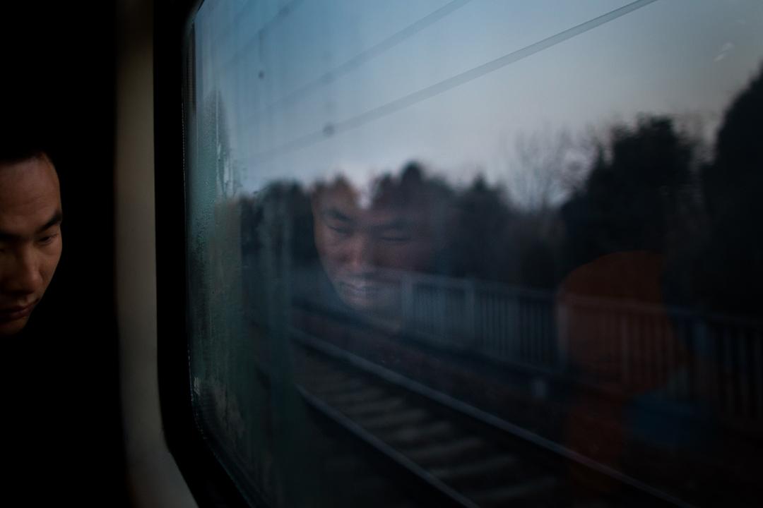 一夜斷斷續續的睡眠,乘客快抵達家鄉。 攝:陳焯煇/端傳媒