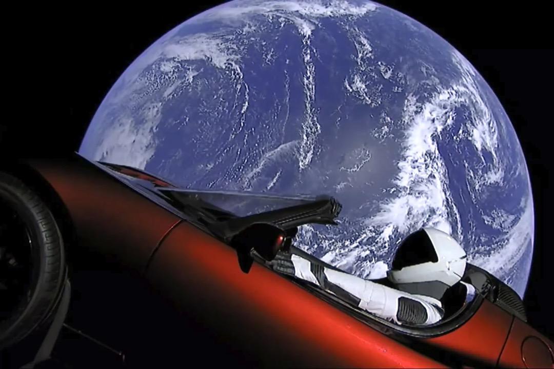 2018年2月6日,美國太空探索公司 SpaceX 在佛羅里達州的甘迺迪航天中心發射了獵鷹重型(Falcon Heavy)運載火箭,將一輛紅色特斯拉(Tesla)電動跑車送入太空。 圖片來源:Space X