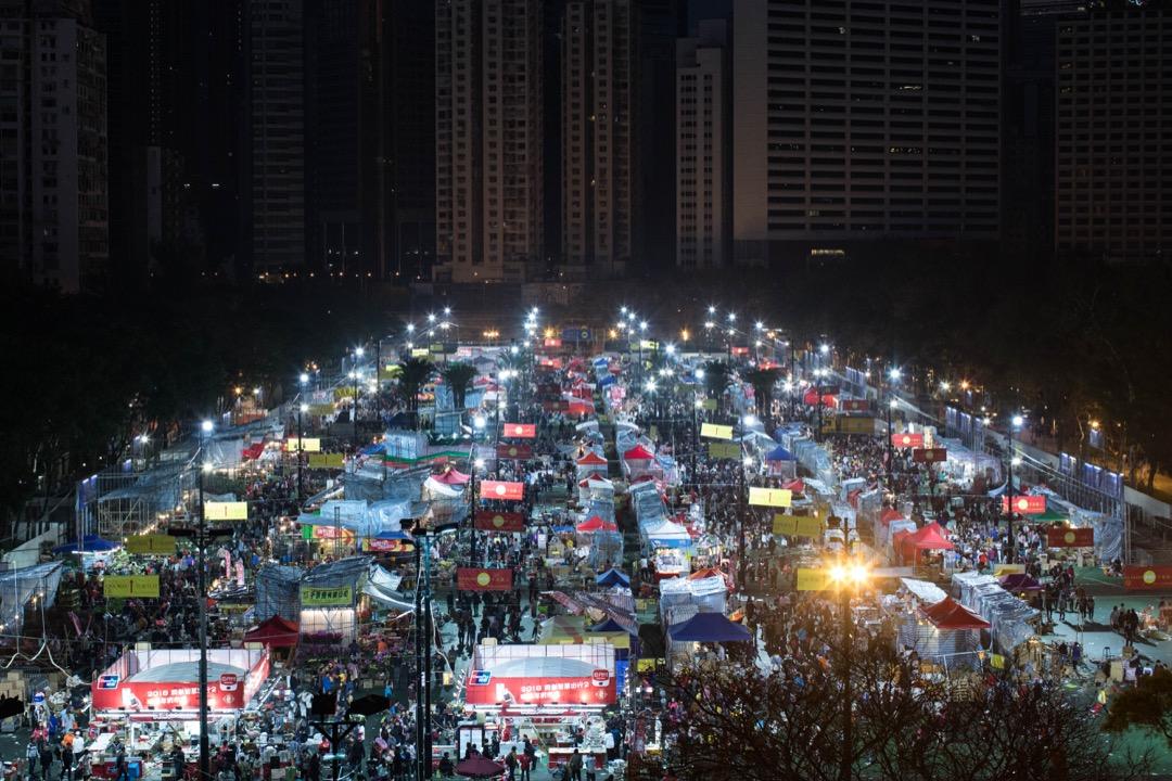 2018年2月16日,隨著年初一的太陽逐漸升起,在香港維多利亞公園舉行的年宵市場亦開始步入尾聲,擺賣的攤檔都紛紛盡最後努力把貨品都賣光。