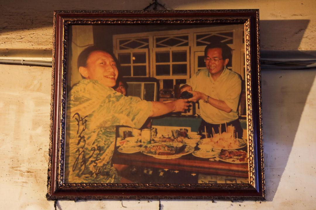 阿才的店的牆上掛著阿華跟前總統陳水扁碰杯的照片,足以說明阿才的店在台灣的政治風雨變化中,也曾經是這樣的一個寫滿了「台灣故事」的飲食空間。