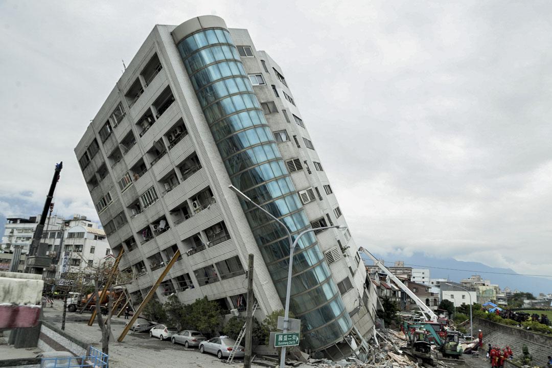 下午一時,雲翠大樓因強震嚴重傾斜。