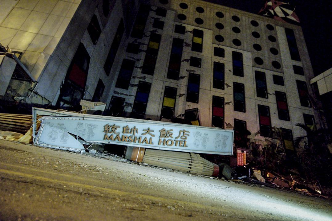 凌晨五時,災情嚴重的統帥大飯店。