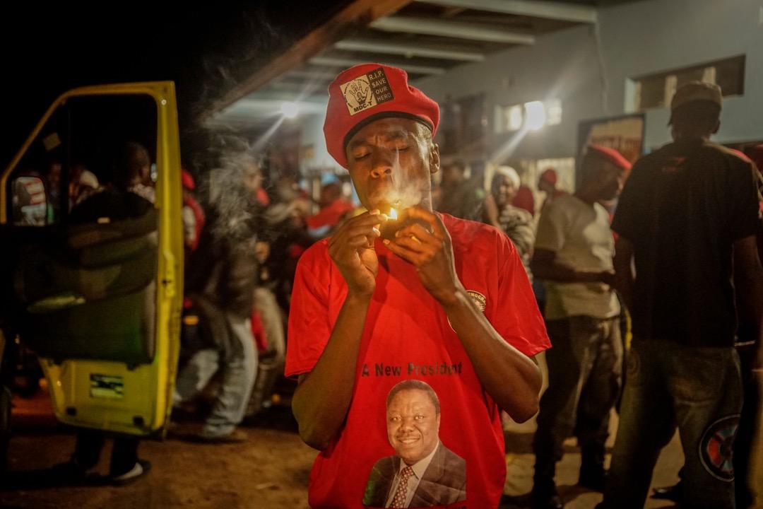 2018年2月19日,津巴布韋,一名已故反對派民主變革運動領袖茨萬吉拉伊的支持者在參與集會後抽煙。