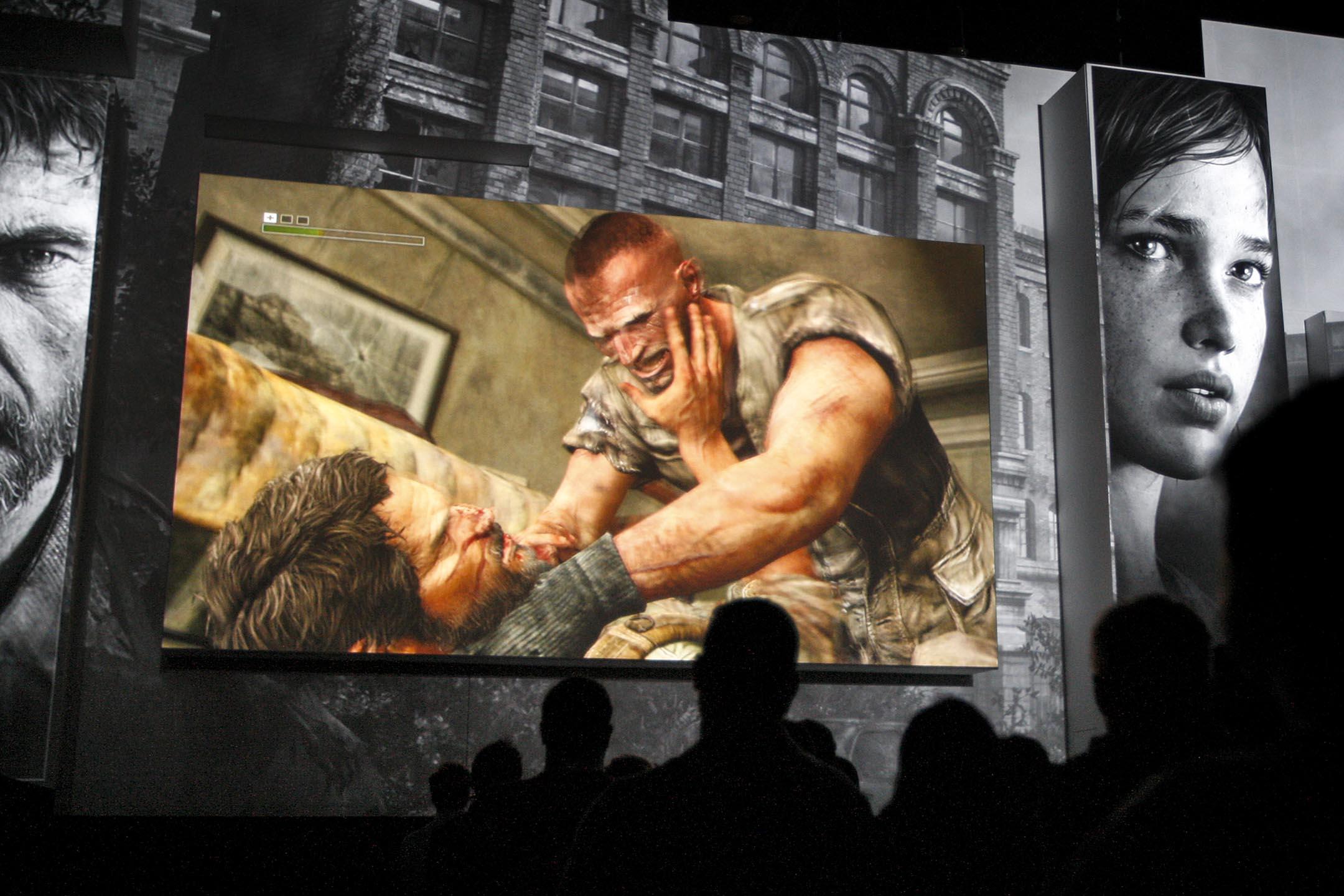 每次出現暴力犯罪,電子遊戲就經常被人拿出來指責。圖為2012年美國電玩展上,遊戲迷觀看《最後生還者》(The Last of Us)的介紹。 攝:David McNew/Getty Images