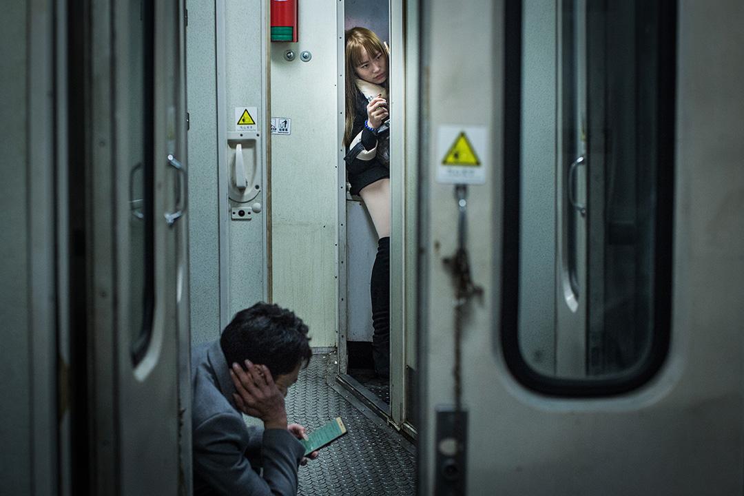 無座的乘客坐乾脆睡在洗臉間裡。