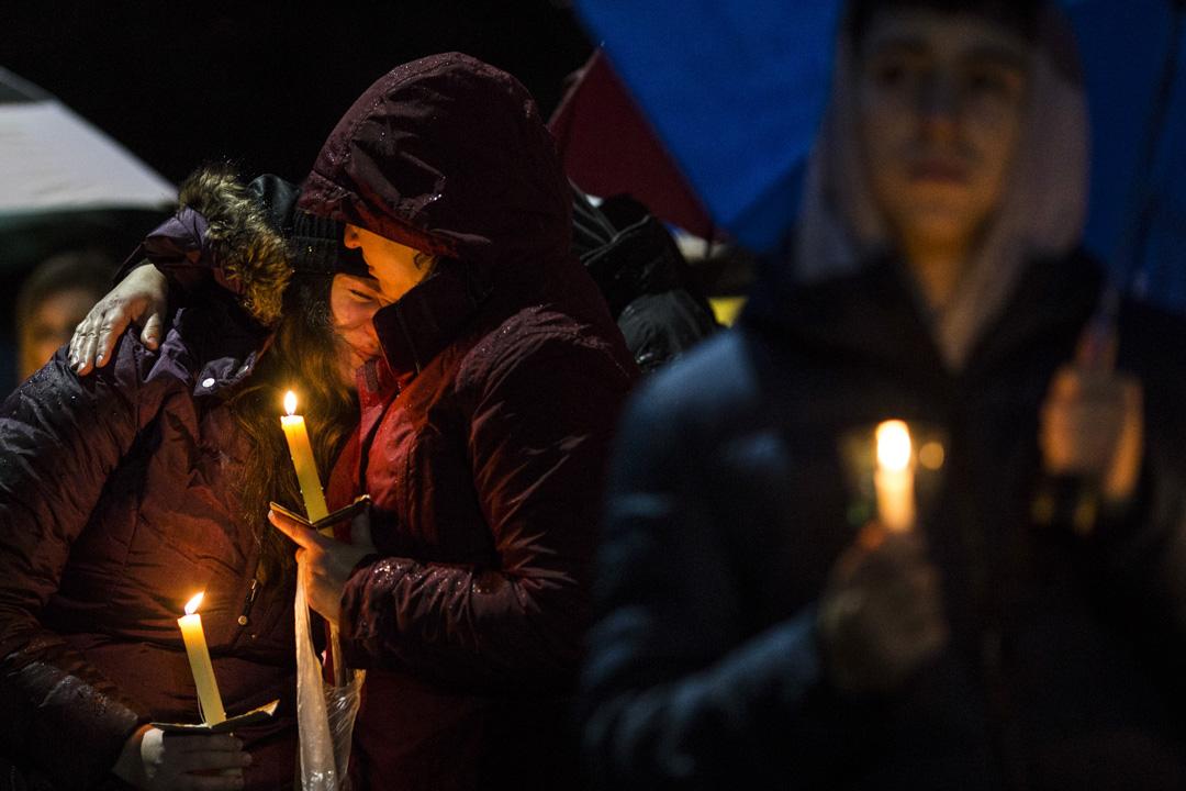 2018年2月23日,美國佛羅里達州南部城市帕克蘭(Parkland)高中校園槍擊案一週後,當地舉行哀悼會悼念死者。 攝:Drew Angerer/Getty Images