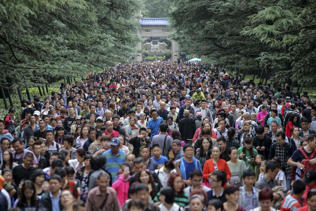 在政府管理方面,大數據的應用領域廣泛,如利用移動通信等大數據監控公共場所的人群流量。圖為2017年國慶期間,南京市的大量遊客聚集在中山陵園。