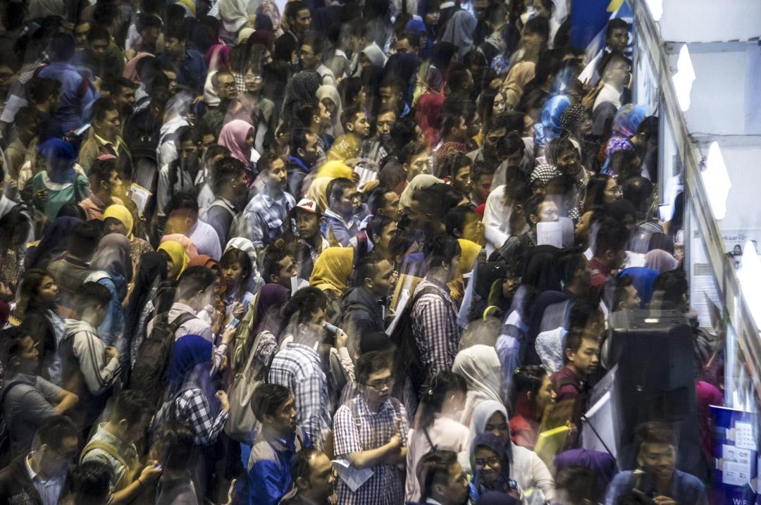 部分華商與政治權貴形成了利益交織的官商勾結體制,滲入印尼生活,而當地勞動階層無奈接受低薪而無保障的工作,平民百姓喪失選擇食物和醫療方法的自主,這些都是官商巧妙勾結的成果,這也導致華人在印尼主流社會中形象不佳。 攝:Juni Kriswanto/AFP/Getty Images