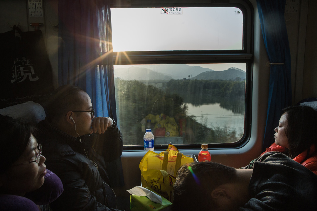 黃昏時分,列車經過無人的田野。