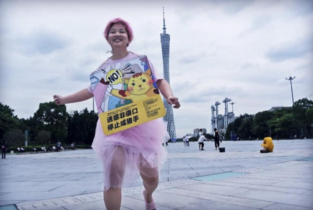 張累累發起了一個非常有創意的行動,她把反性騷擾的公益廣告縮小,掛在身上,宣布她要把這個牌子掛在身上一個月,同時她也呼籲全國各地的關注這議題的人也一起來和她背這個牌子。