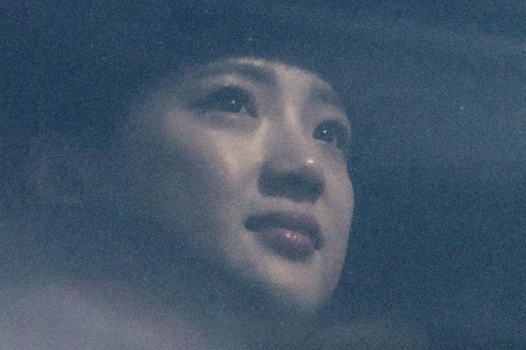 2018年2月7日,北韓參加平昌冬奧代表團乘旅遊巴經首爾郊外的非軍事區(DMZ)抵達南韓後,一名女士從車窗向外觀賞景色。