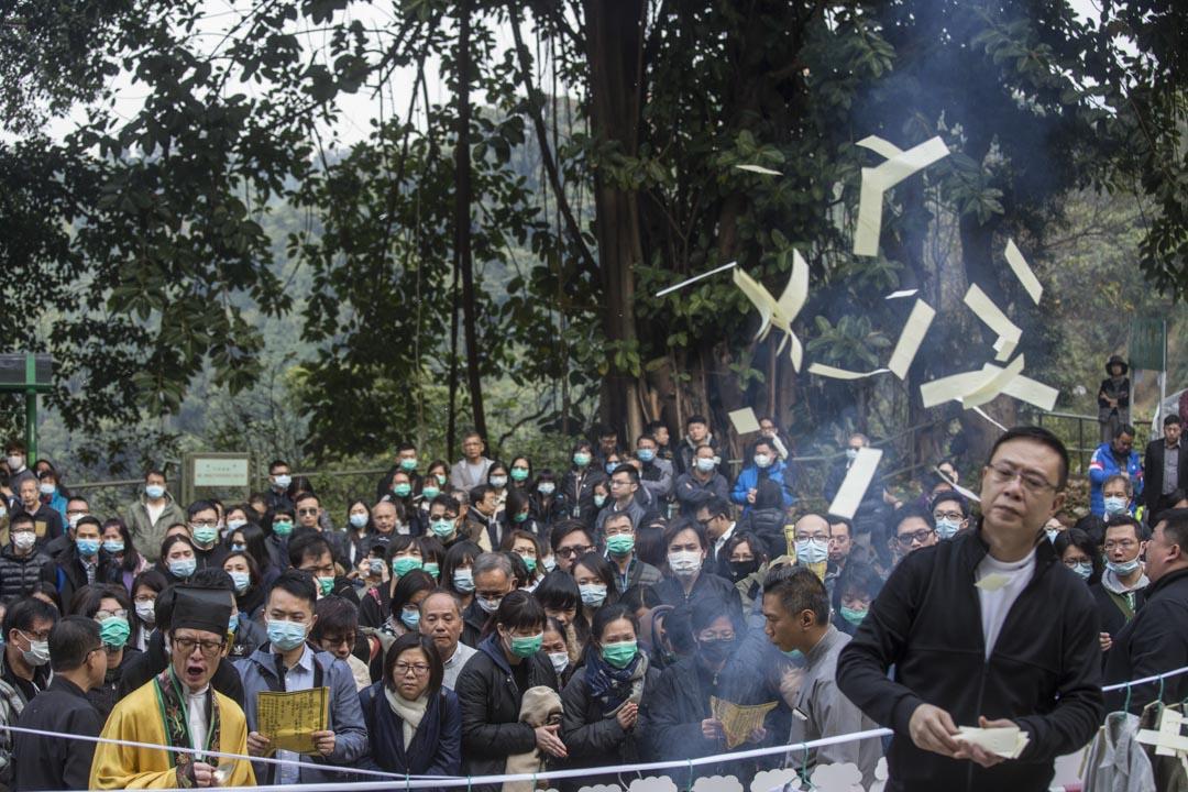 2018年2月11日,逾百名死者家屬由專責社工陪同,返回大埔公路巴士車禍現場路祭,死者家屬在道士安排下拜祭和做招魂儀式。