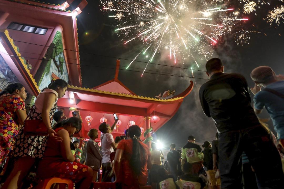 2018年2月16日,印尼棉蘭,人們到 Pak Pie Hut Cou 寺觀看農曆新年煙花。