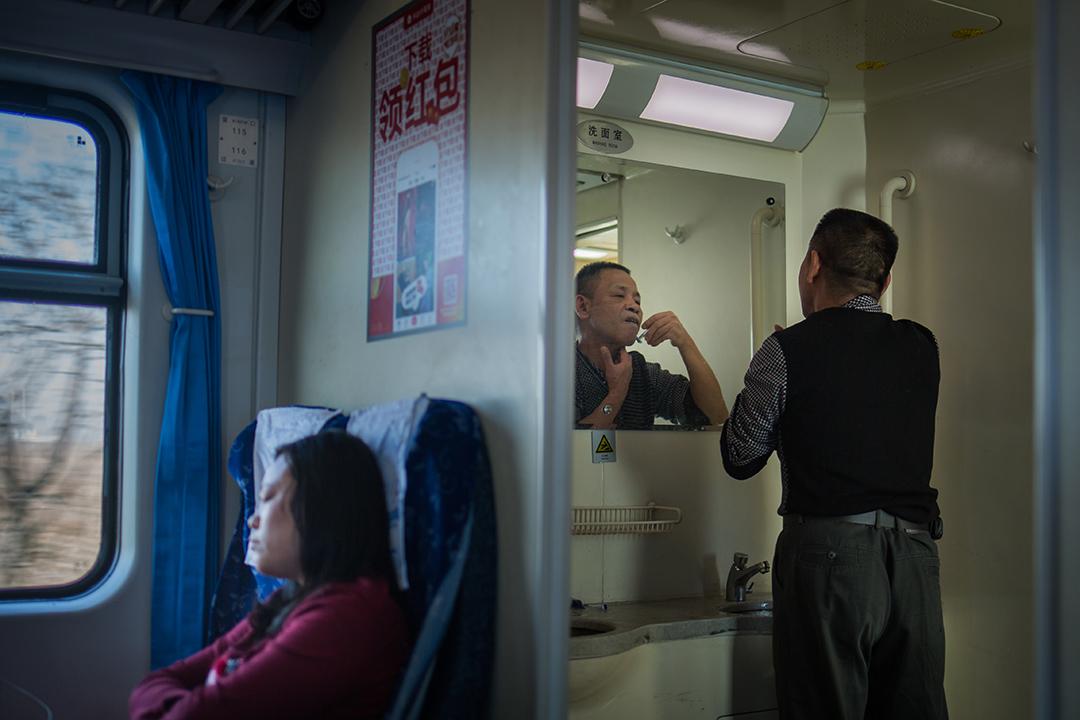 清晨,乘客在洗臉間剃鬍子。