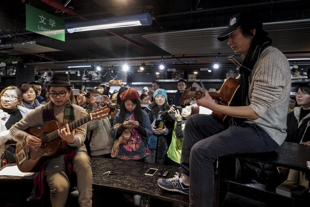 2018年1月31日,季風書園上海總店清場,宣告這家曾被譽為「上海文化地標」的書店在經歷整整二十年的風雨之後正式謝幕,民謠歌手莫染、荷馬晚上在書店內演唱《送別》《明天會更好》。 攝影:牟芝穎