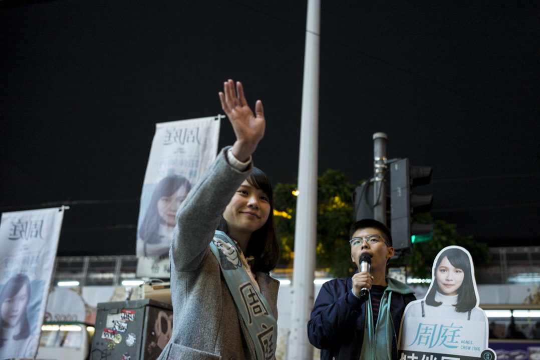2018年1月28日,參加立法會補選的香港眾志周庭獲選舉主任通知,被裁定選舉提名無效。圖為27日晚上,周庭聯同黃之鋒在銅鑼灣爭取市民支持。