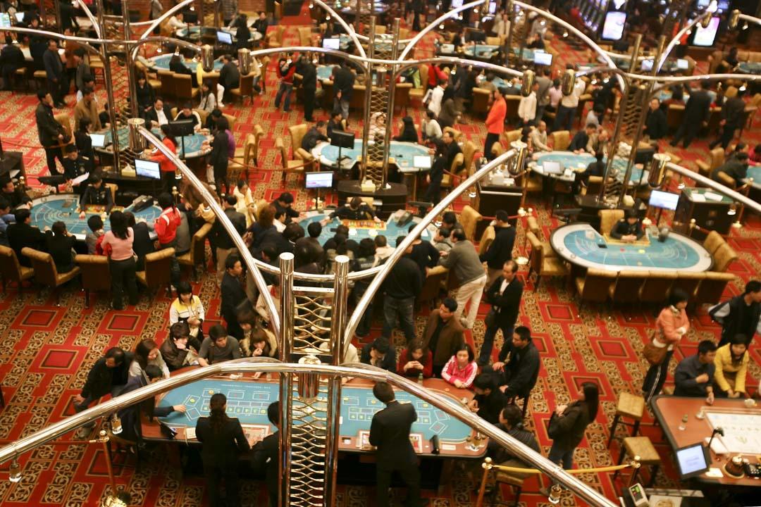 澳門的新葡京娛樂場,賭客正在賭博。
