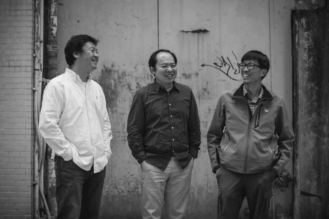 三位攝影記者張良一、杭大鵬和田裕華把私藏的部隊照片結集出版攝影集,以《阿兵哥3x1 》一書分享六十後的青春回憶,包括阿兵哥打架、喝酒聚賭、觀看性感女星的圖像,生動影像令人回味往事,亦打破軍人的單一、傳統乏味形象。 攝:Stanley Leung/端傳媒