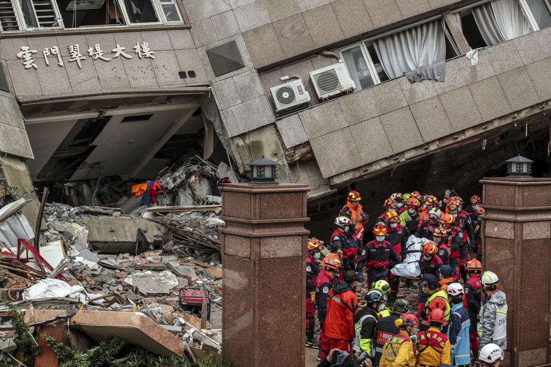 2018年2月6日,台灣花蓮夜間發生6.4級地震,截止8日上午10點50分,地震共造成10人死亡、267人受傷,58人失聯。圖為救援人員在花蓮雲門翠堤大樓搜出一具遇難者遺體。  攝:Imagine China