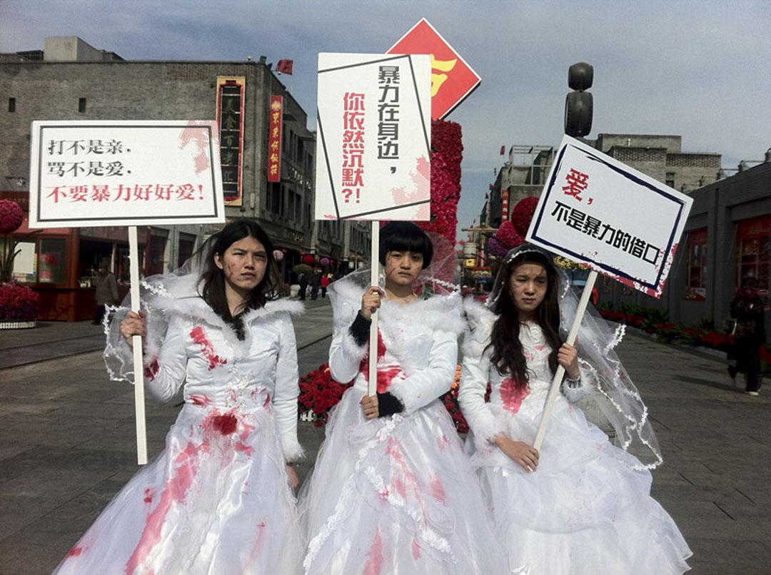 2012年的情人節的「受傷的新娘」用特別直接的視覺符號——「帶血的婚紗」——來傳達家庭暴力信息。