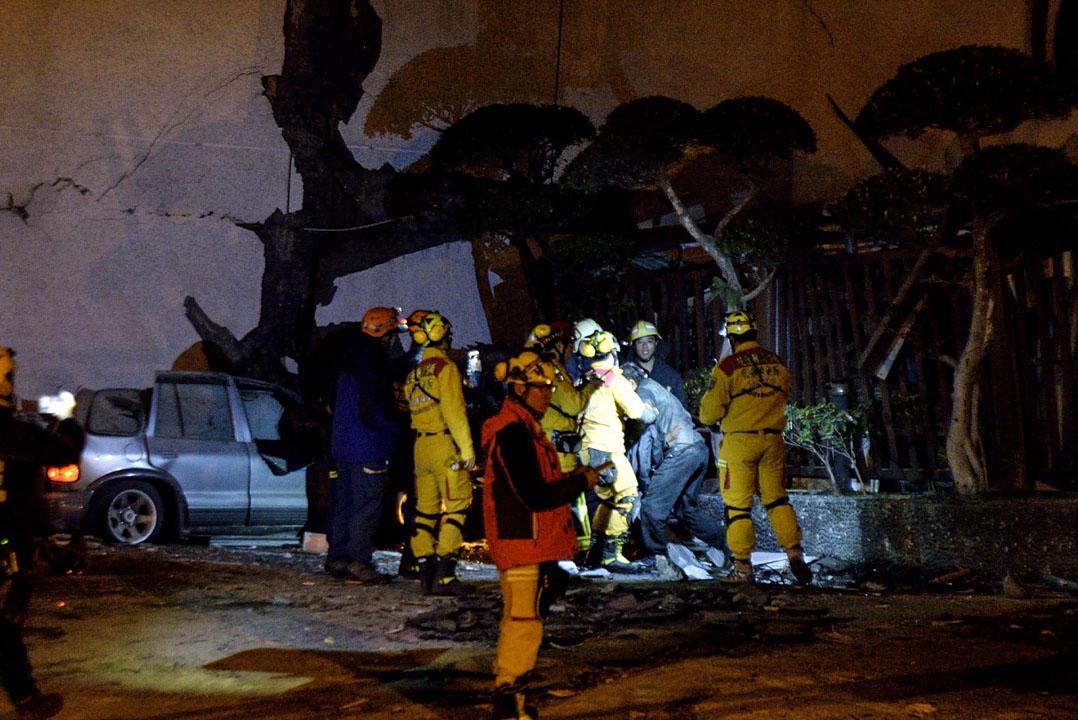 凌晨四時三十分,搜救人員在統帥大飯店內找到生還者陳明輝。