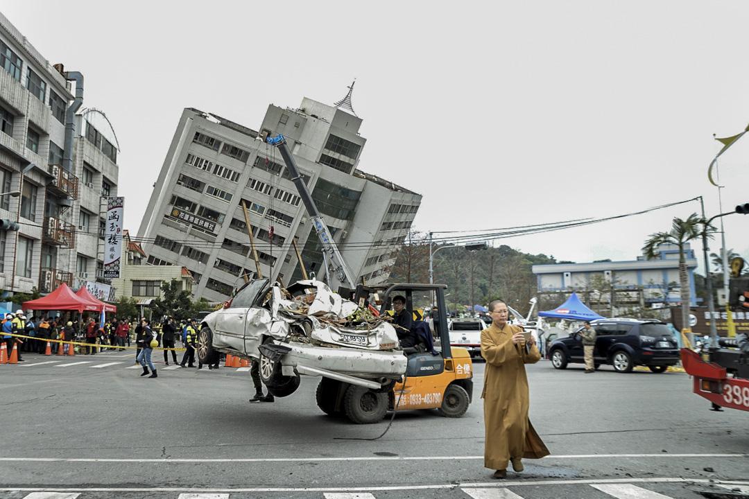 中午十二點五十分 ,雲翠大樓現場附近吊走一架破車,期間開始來了一些民間自主救災物資,包括佛光山。 攝:林靜怡/端傳媒