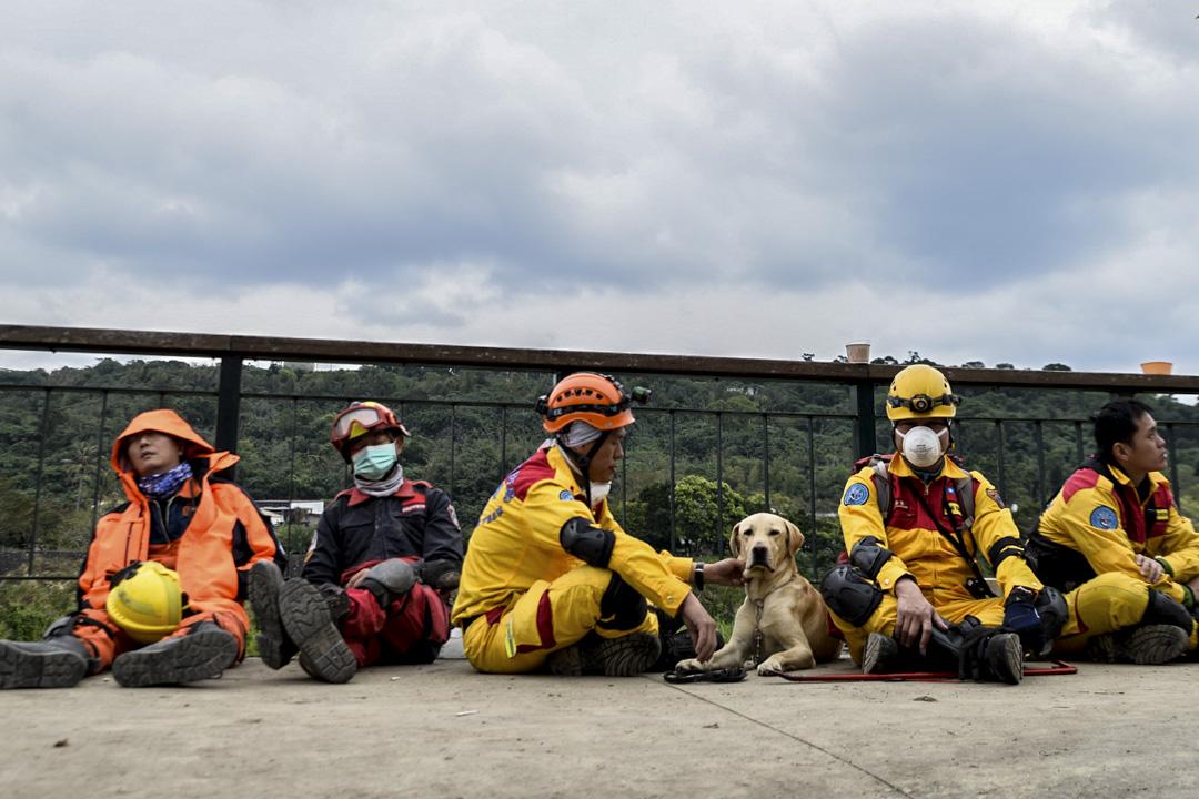 下午一時,雲翠大樓,一旁待命的救災人員和救災狗。