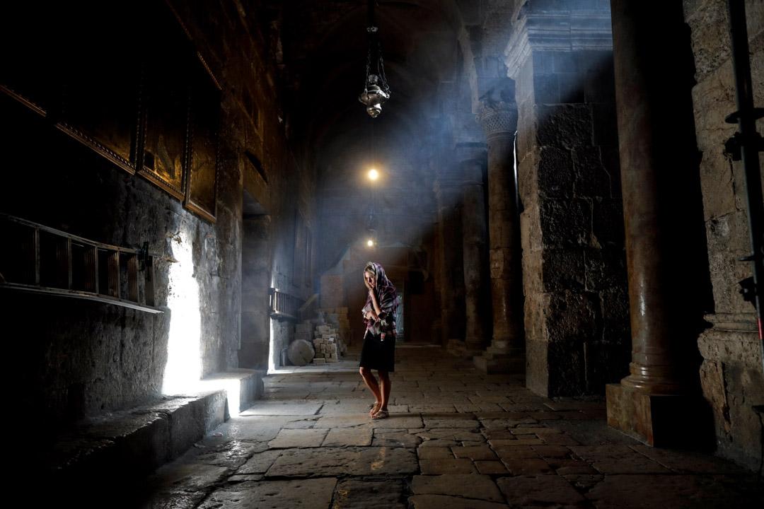 2018年2月9日,一名基督徒在耶路撒冷老城參拜基督徒最神聖的墓地。