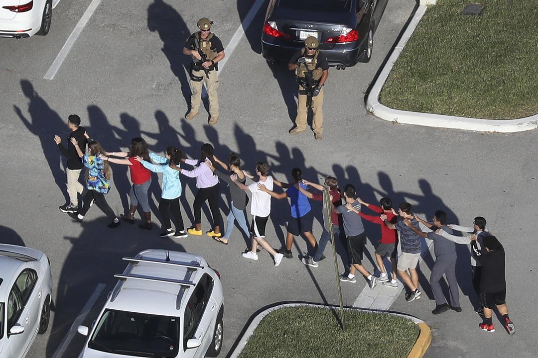 案發後,警方分批自校園疏散人群,同時留意會否尚有其他疑兇混入人群當中。 攝:Joe Raedle / Getty Images
