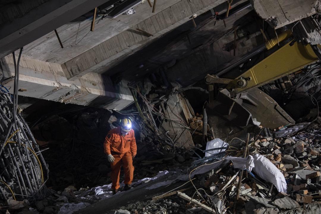 2018年2月9日,搜救黃金72小時即將結束,救援人員陸續撤出受地震波及而倒塌的雲門翠堤大樓。 攝:Stanley Leung/端傳媒