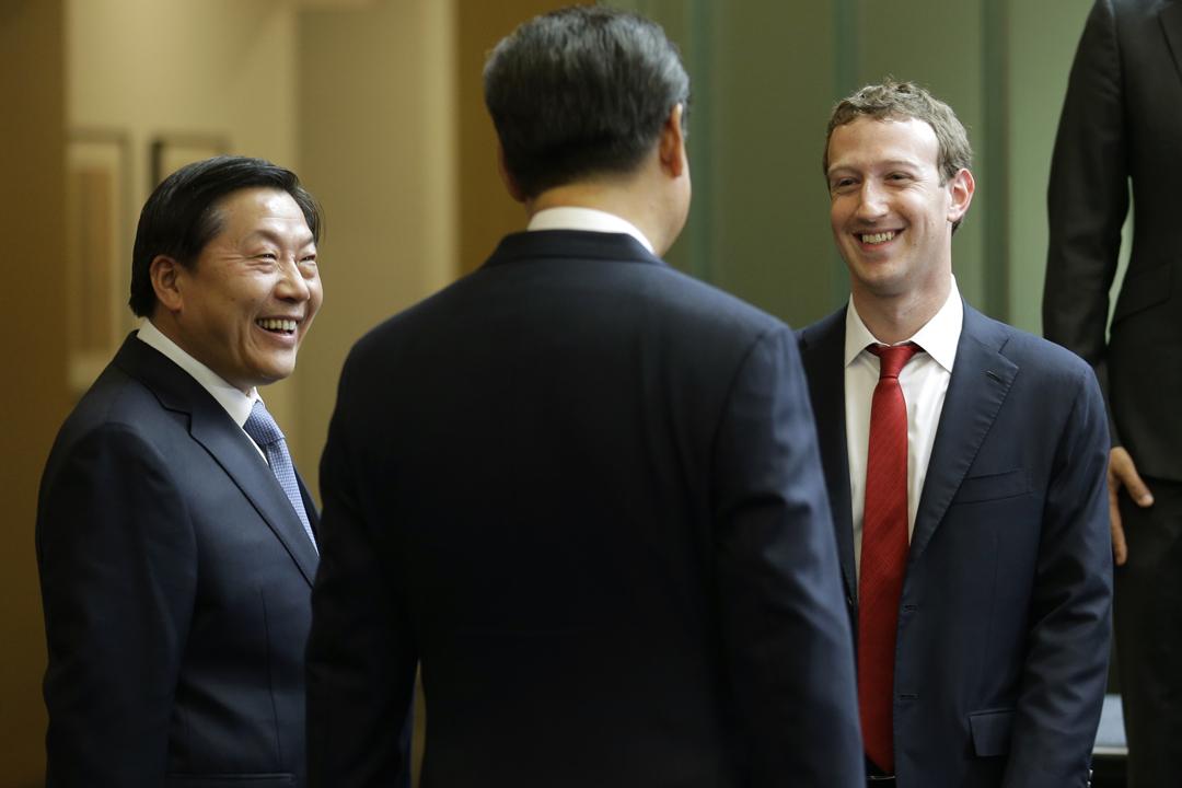 2015年9月23日,時任中共網信辦主任魯煒隨同國家主席習近平(圖中背影)訪問美國,期間出席與美國企業行政總裁們的聚會,與 Facebook 創辦人朱克伯格(Mark Zuckerberg)言談甚歡。 攝:Ted S. Warren-Pool / Getty Images