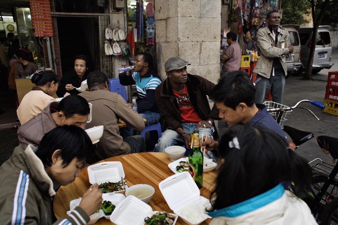 從「坐」和「抬」的關係中衍生出來的優越心態,正是小品《同喜同樂》的毛病,也是很多中國人的世界觀念中根深蒂固的問題。「抬轎子」是謊言,認為非洲人會按照自己的價值觀和自己「同喜同樂」也是一廂情願。