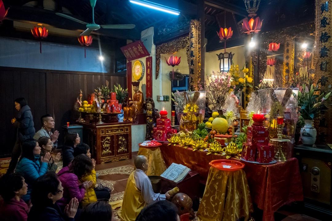 2018年2月16日,越南河內,人們在農曆年初一到老城區的一所寺廟拜神。