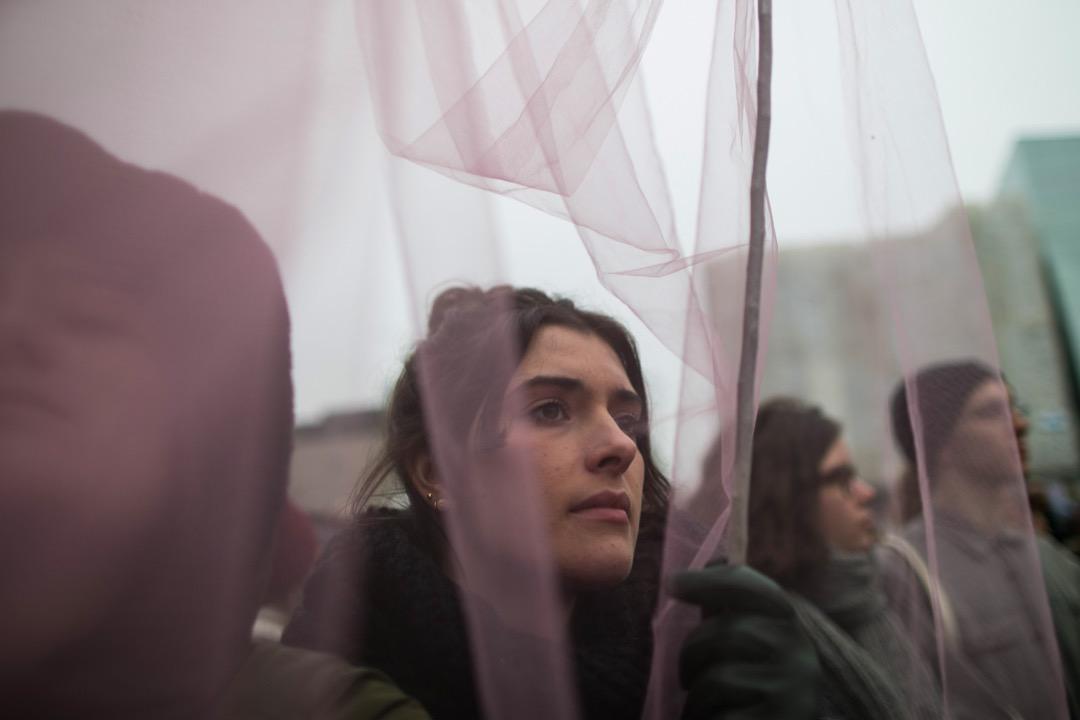 在當下的風潮中,好像願意充當受害者才是唯一「正確的女人類型」。將女性視為脆弱的受害者,而不是勝任公共生活的行動者,使受害成為武器,固化女性的脆弱性,挫傷女性的適應力,這是從以往取得的女性進步事業中回退。